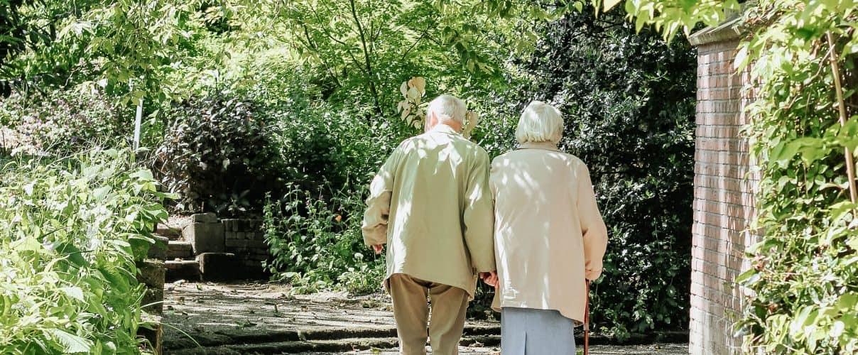 Landing-page-couple-walking